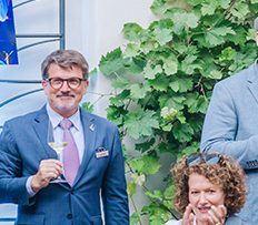 Charitativní garden party Evy Čerešňákové v centru Prahy: výtěžek přes půl milionu i nečekaný host Orlando Bloom