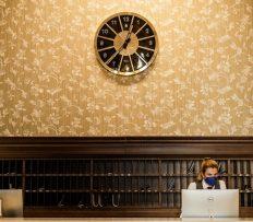 Recepci Grandhotelu Pupp nově zdobí unikátní designové nástěnné hodiny Bohematic vyrobené ve spolupráci se sklárnou Moser